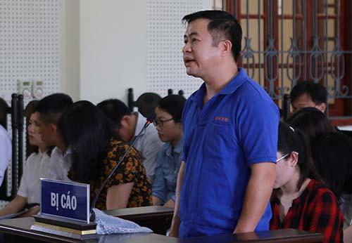 Bị cáo Đặng Đình Hồng bị thẩm vấn. Ảnh: Nguyễn Hải.
