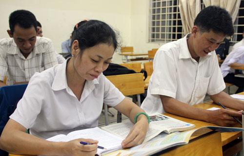 Chị Phan Thị Kim Chi trong 1 giờ ôn thi THPT quốc gia ở Trung tâm Giáo dục không ngừng nghỉ Bình Thạnh. Ảnh: Mi Lăng.