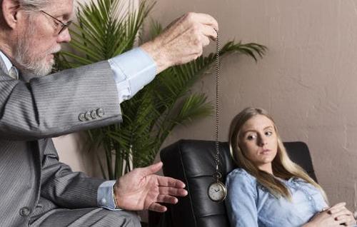 Theo nhiều nhà nghiên cứu, khi ở trong trạng thôi miên, bạn trở nên tập trung cao độ và dễ bị ám thị.