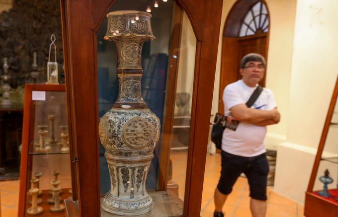 Khách Tây thích thú ngắm hàng trăm đèn Việt cổ ở Sài Gòn