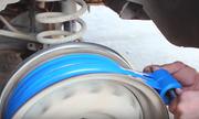 Người đàn ông cuốn 600 cuộn băng dính thành lốp xe