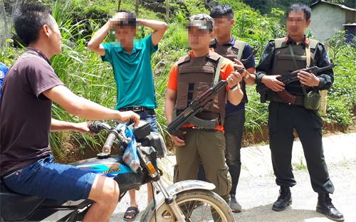 Sáng 29/6, cảnh sátkiểm soát chặt việc ra vào Lóng Luông. Ảnh: Bá Đô