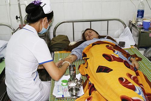 Cô giáo Nguyễn Thị Xuân Mai đang điều trị tại bệnh viện. Ảnh:Đắc Thành.