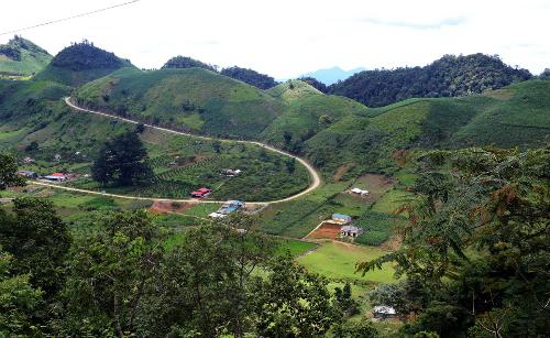 Thung lũng Tà Dê được bao quanh bởi những quả đồi, những ngọn núi và rừng sâu.Ảnh: Bá Đô