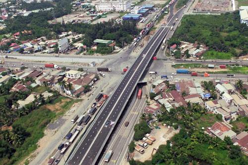 Nút giao Mỹ Thủy ba tầng gồm cầu vượtvừa được thông xe, hầm chui hướng vào cảng Cát Lái đã đưa vào sử dụng hồi đầu năm và đường Đồng Văn Cống hiện hữu. Ảnh: Hữu Nguyên