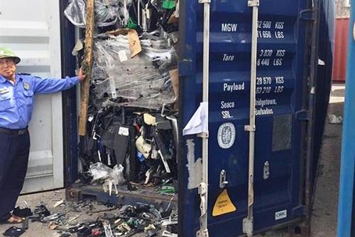 Một trong 3 container nhựa phế liệu vừa được nhập về Việt Nam bằng đường biển được Cục Hải quan Hải Phòngkiểm tra cho thấy, hàng hóa thực nhập trong các container là phế liệu nhựa từ vỏ các thiết bị điện tử, là mặt hàng không đủ điều kiện nhập khẩu..Ảnh:Anh Quân