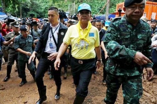 Thủ tướng Thái Lan, áo vàng, đến hiện trường thúc giục cứu hộ nỗ lực tìm đội bóng. Ảnh: Reuters.