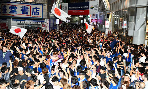 Các cổ động viên Nhật Bản tại khu Shibuya, trung tâm thủ đô Tokyo, ăn mừng sau khi đội tuyển vượt qua vòng bảng World Cup 2018. Ảnh: Asahi.