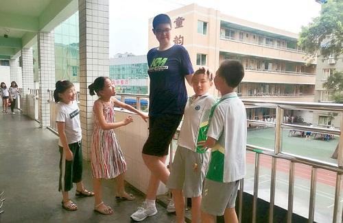 Ren đứng chuyện trò với bạn học. Ảnh:Chengdu Economic Daily