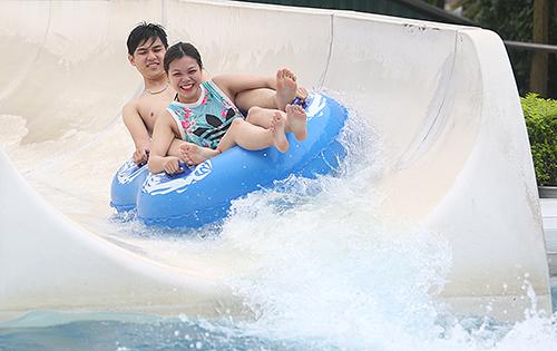 Người dân Hà Nội đi chơi ở công viên nước để tránh nóng. Ảnh: Ngọc Thành
