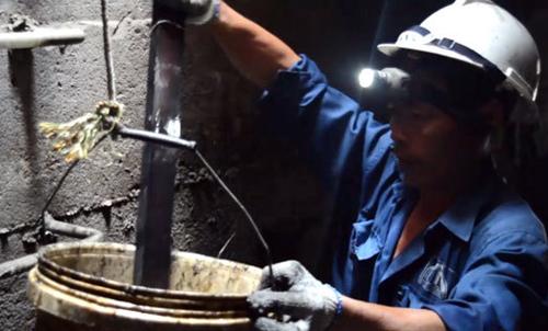 Công nhân thoát nước hàng ngày phải đối mặt với nhiều rác thải do người dân xả xuống cống.