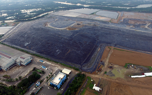 Bãi rác Đa Phước có công suất chôn lấp mỗi ngày khoảng 5.500 tấn, hiện đã cao như ngọn núi. Ảnh: Hữu Nguyên.