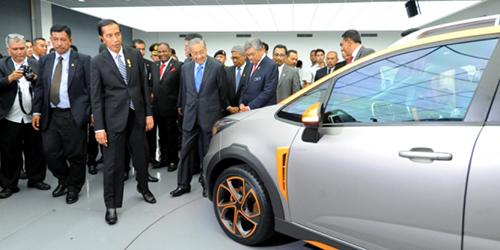 Ông MahathirMohamad (hàng đầu, thứ haitừ trái sang) và tổng thống Joko Widodo (hàng đầu, thứ nhất) trong một lần tham quan nhà máy Proton hồi 2015. Ảnh:ANTARA FOTO/Udden Abdul.