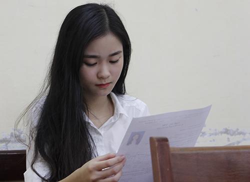 Nữ sinh Huế trước giờ làm bài thi THPT quốc gia 2018. Ảnh: Võ Thạnh