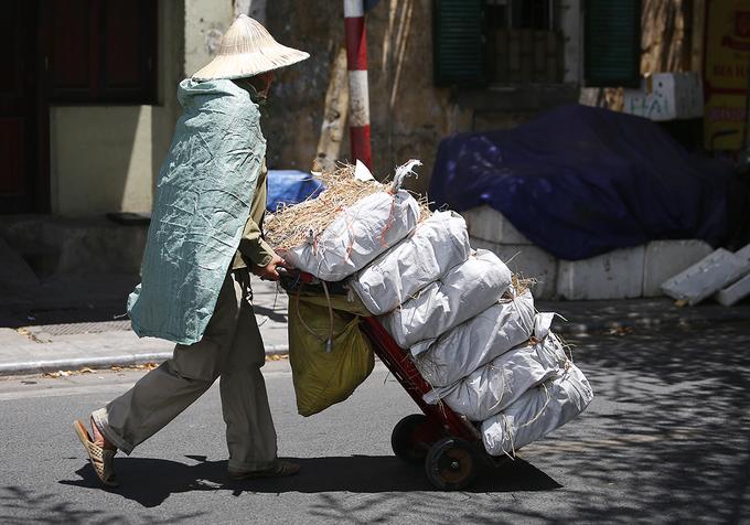 Người lao động vắt áo ra mồ hôi dưới trời nóng hơn 40 độ C