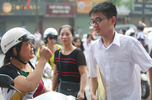 Người mẹ động viên con trước kỳ thi vào lớp 10 ở Hà Nội. Ảnh: Ngọc Thành.