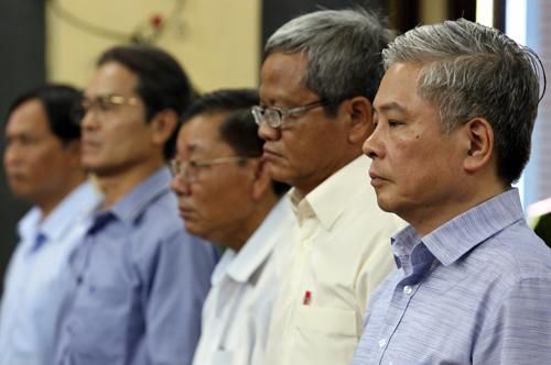 Ông Bình và các bị cáo tại tòa. Ảnh: Thành Nguyễn.