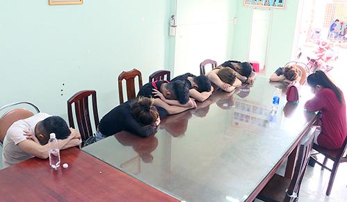 Nhóm nam nữ thanh niên tạitrụ sở công an. Ảnh: Quang Bình