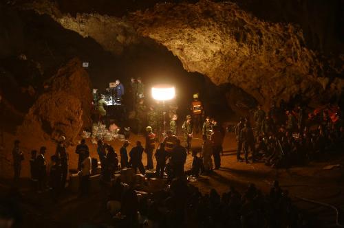 Lính Thái Lan thiết lập thiết bị trong hang để phục vụ công tác cứu hộ ngày 26/6. Ảnh: AFP.