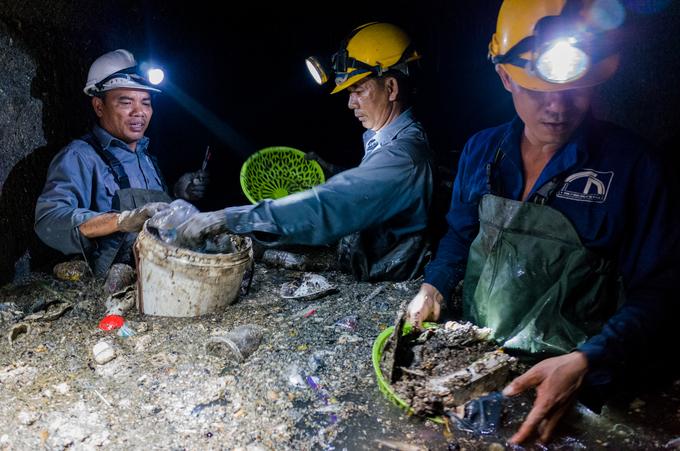 Những người dầm mình trong cống thối vớt rác ở Sài Gòn