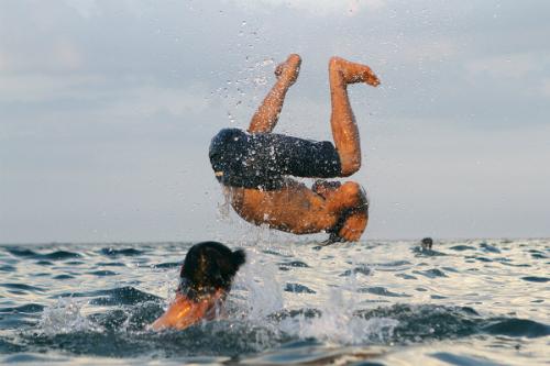 Nắng nóng nhiều người dân và du khách đổ ra tắm biển ở Đà Nẵng. Ảnh: Nguyễn Đông.