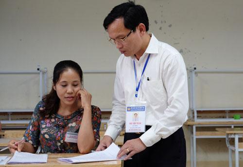 Cục trưởng Quản lý chất lượng (Bộ Giáo dục và Đào tạo)Mai Văn Minh kiểm tra công tác chấm thi tại hội đồng thi Sở Giáo dục tỉnh Hòa Bình. Ảnh: Quỳnh Trang.