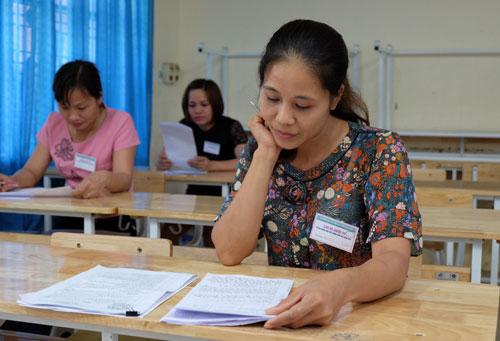 Cán bộ chấm thi vòng 2 môn Ngữ văn của hội đồng thi Sở Giáo dục và Đào tạo Hòa Bình thực hiện việc chấm thi ngày 3/7. Ảnh: Quỳnh Trang.