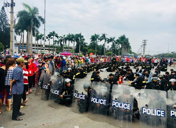 Cảnh sát ngăn dòng người tụ tập gây rối an ninh trật tự tại khu vực Công ty Pouyuen. Ảnh: Quốc Đoan.