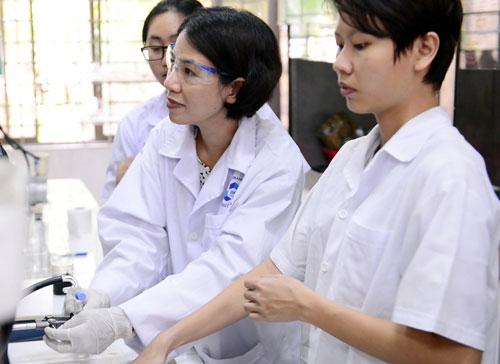 TS Nguyễn Thị Lệ Thu (giữa) tại phòng thí nghiệm. Ảnh: HàPhương.