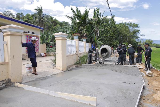 Cảnh sát đặc nhiệm đội nắng làm đường giúp dân