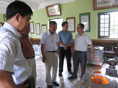 Thứ trưởng Khoa học và Công nghệ Trần Văn Tùng (giữa) thăm xưởng sản xuất bếp ga sinh học.Ảnh: PN.