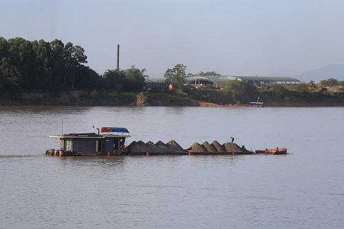 Nhiều tàu trở đầy cát di chuyển xuôi theo sông Hồng xuống hạ lưu. Ảnh: Gia Chính