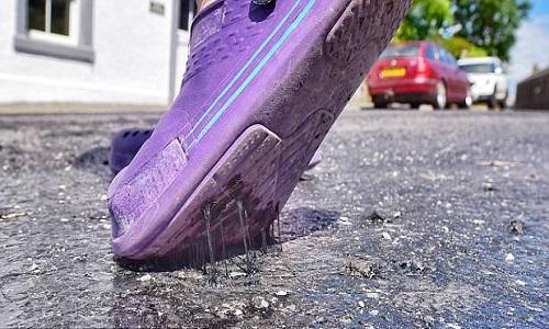 Nắng nóng khiến mặt đường ở Cumbria, Anh, bắt đầu tan chảy. Ảnh: North News.