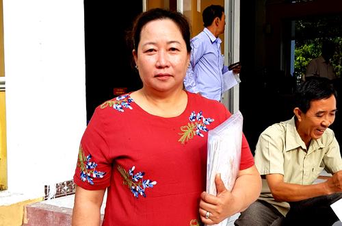 Bà Bích ra tòa trong phiên xử sơ thẩm lần ba ngày 28/5. Ảnh: Tân An.