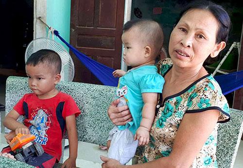 Hai cháu nhỏ nhà bà Thể cũng thuộc diện đóng tiền nông thôn mới. Ảnh: Đ.H