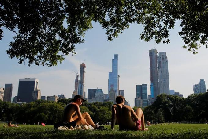 Người Mỹ tìm đủ cách chống lại nắng nóng