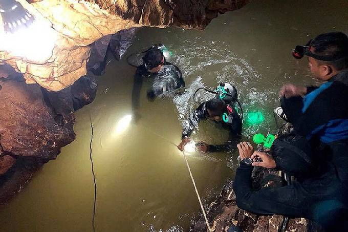 Cuộc giải cứu đội bóng nhí Thái Lan trong mưa và bùn lầy