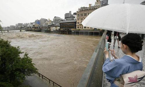 Nước sống Kamo ở cố đô Kyoto đục ngầu sau những trận mưa lớn ngày 5/7. Ảnh: Reuters.