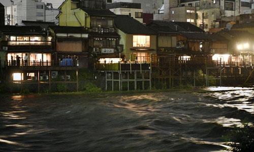 Mưa lớn gây ngập đường phố ở Kyoto. Ảnh: Kyodo News.