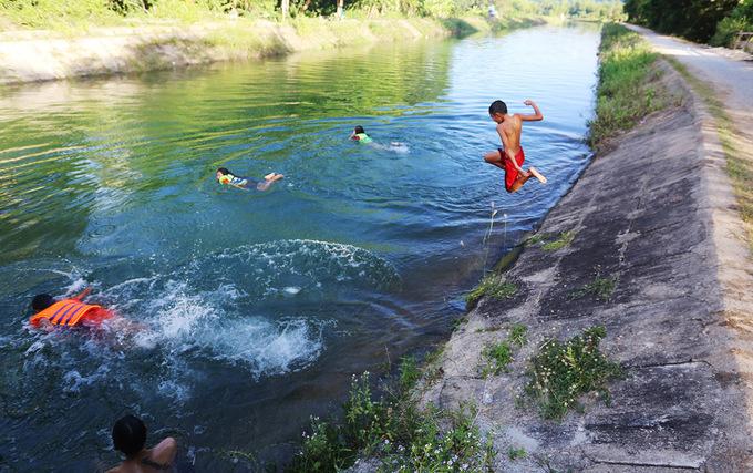 Người dân Quảng Nam tắm kênh thủy lợi giải nhiệt
