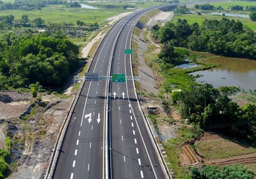Cao tốc Đà Nẵng - Quảng Ngãi là dự án cao tốc đầu tiên qua miền Trung. Ảnh: Nguyễn Đông