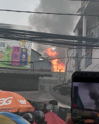 Căn nhà sát chợ Hòa Hưng bốc cháy ngùn ngụt. Ảnh: Thuy Truong