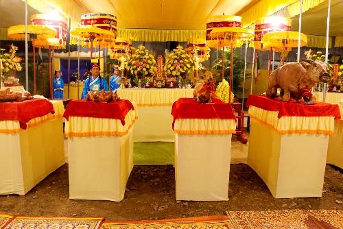 Lễ tế diễn ra theo đúng nghi thức lễ tế triều Nguyễn xưa với mâm cổ có tam sanh. Ảnh: Võ Thạnh