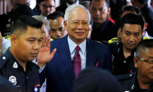 Cựu thủ tướng Malaysia Najib Razak rời tòa án ở Kuala Lumpur sau phiên xét xử ngày 4/7. Ảnh: Reuters.