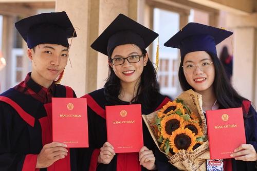 Hồng Vân (phải) bên bạn bè trong ngày tốt nghiệp. Ảnh: Dương Tâm