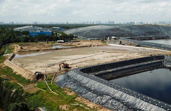 Bên trong bãi rác khổng lồ gây mùi hôi cho khu Nam Sài Gòn