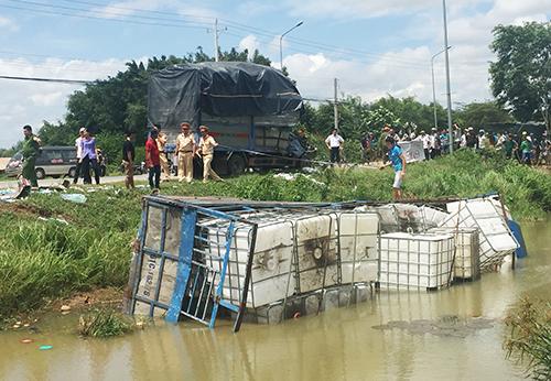 Xe tải bị húc văng xuống mương nước. Ảnh: Nguyệt Triều.