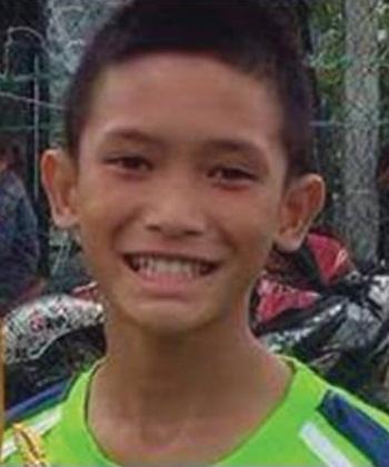 Mongkhon Bunpiem, em nhỏ đầu tiên được đưa khỏi hang. Ảnh:  Thai Rath.