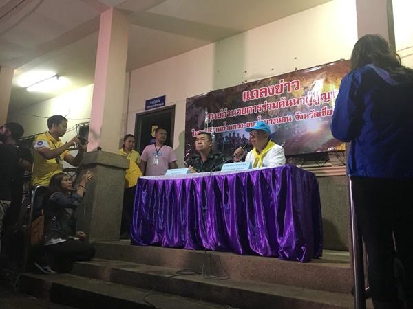 Tỉnh trưởng Chiang Rai Narongsak Osottanakorn tổ chức họp báo cung cấp thông tin chi tiết về chiến dịch giải cứu. Ảnh: Twitter.
