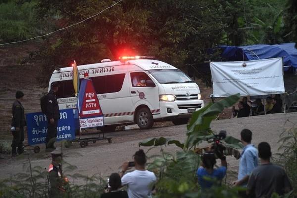 Nhiều xe cứu thương đã rời khỏi khu vực hang Tham Luang, nhiều khả năng để đưa các em nhỏ tới bệnh viện. Ảnh: AFP